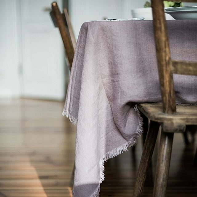 Lavendelkleurig stonewashed linnen tafelkleed met fijne franjes - online te koop bij Casa Comodo