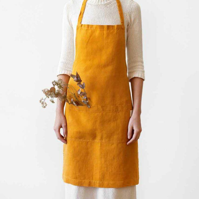 Okergele linnen keukenschort Mustard - Casa Comodo