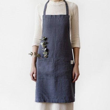 Een antraciet linnen keukenschort. Een mooi donkergrijs kookschort of keukenschort Casa Comodo