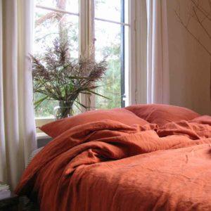 Dekbedovertrek gemaakt van 100% linnen, de kleur is Baked Clay, steenrood of ook wel terra cotta genoemd. Het merk is Casa Homefashion en is online te koop bij Casa Comodo