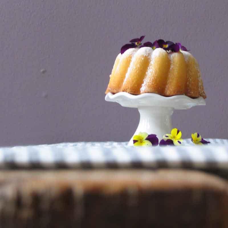 recipe - cake presented on linen tablecloth - Casa Comodo