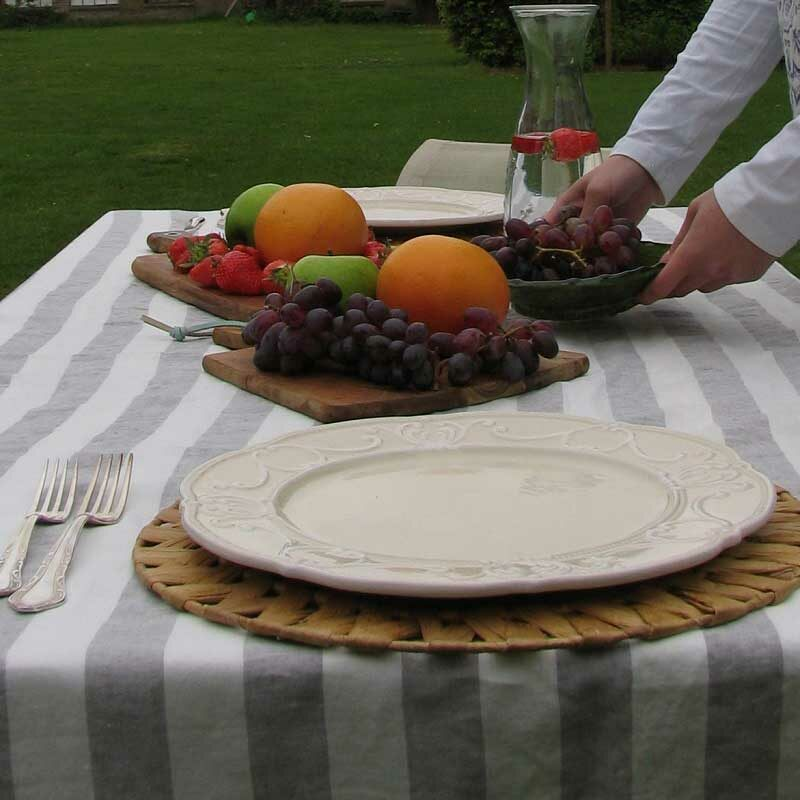 Linnen tafelkleed met lichtgrijze en witte brede strepen. Merk Casa Homefashion, online te koop bij Casa Comodo